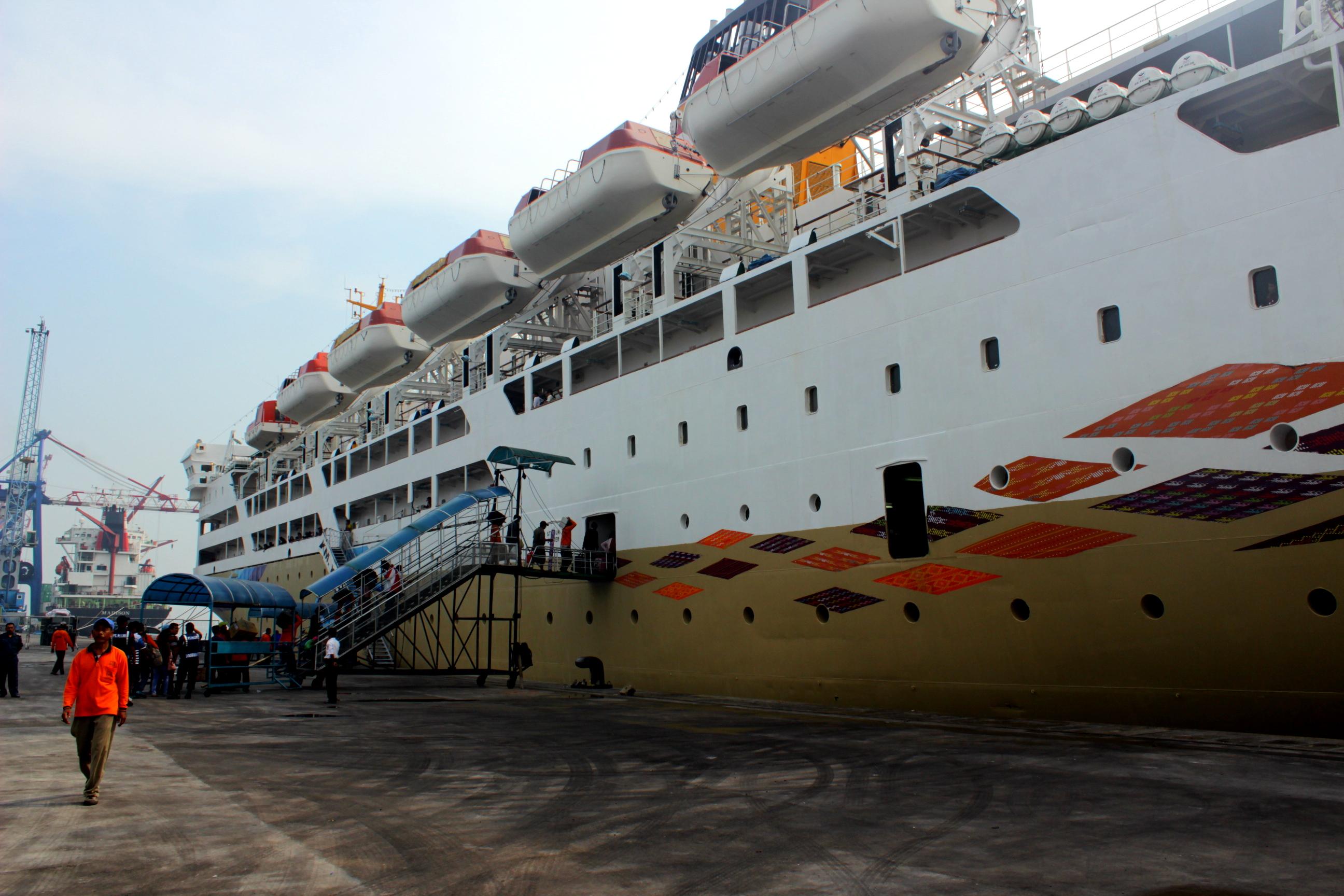 naik kapal laut