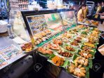 27482543-SINGAPORE-MARCH-08-Street-foods-in-Singapore-Inexpensive-food-stalls-are-numerous-in-the-city-so-mos-Stock-Photo